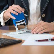 У яких випадках реєстратор має право відмовити у проведенні реєстраційних дій на нерухомість та як оскаржити таку відмову.